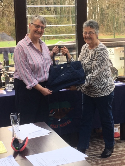 Sue Jelley New Lady Captain 2019/20 presenting Jo Osborne with gift for all her hard work in 2018/19