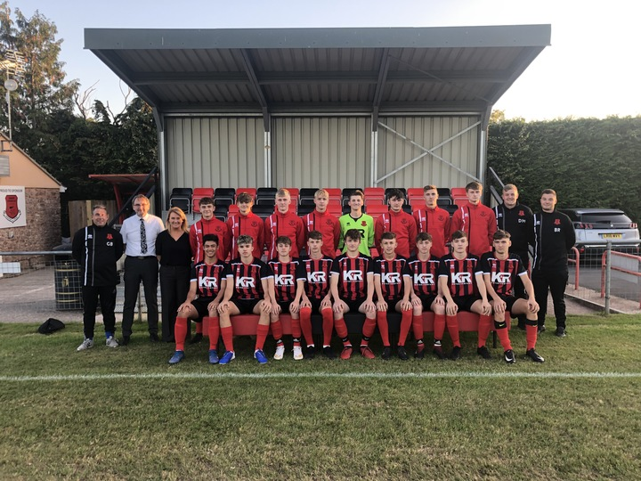 Under 18's Squad pictured with Sponsors Karl and Trasie Broad from K&R Autos