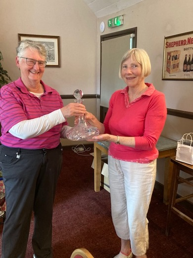 Julie Buchanan wins the Dave Clarke Decanter for the least number of putts (28)